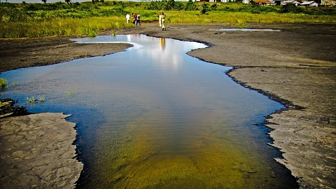Po hladině jezera Pitch Lake se můžete projít. Opravdu. Není v něm totiž voda, ale asfalt