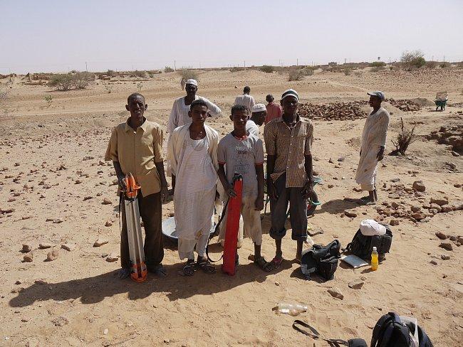 Při vykopávkách pomáhali místní dělníci.