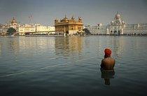 Očistná koupel u Zlatého chrámu v Indii