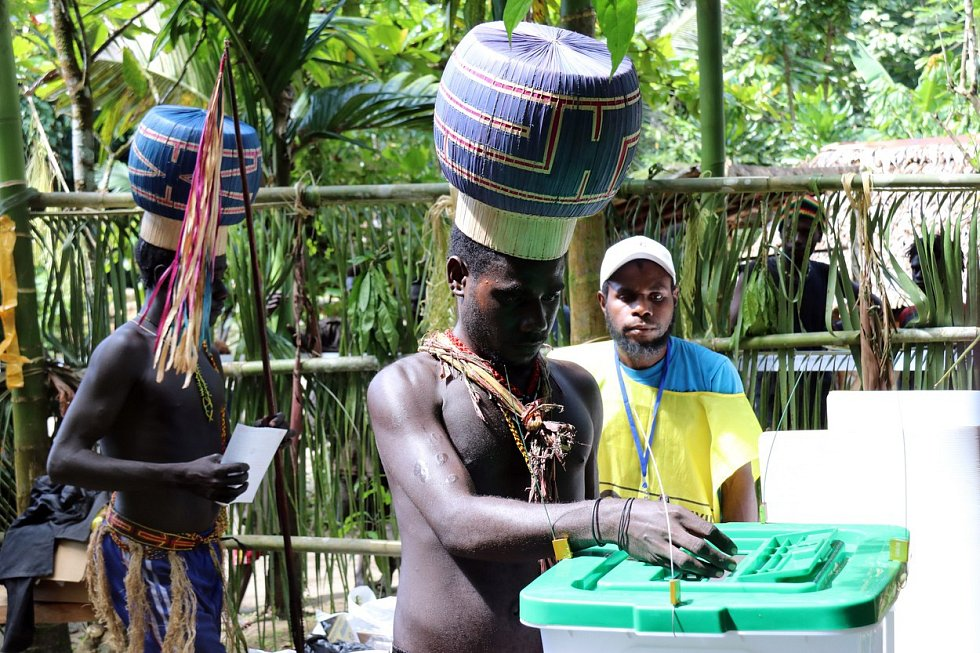 """98 % voličů podpořilo nezávilost ostrova Bougainville v Tichém oceánu, který se pyšní velkými zásobami mědi. Dosud byl součástí souostroví Papua Nová Guinea. Referendum po dlouhé řadě nepokojů řeklo jasné """"ano"""" vzniku nového státu."""