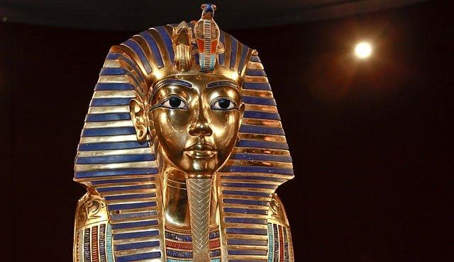 Tutanchamon zemřel na kolenou a posmrtně ho uvařili