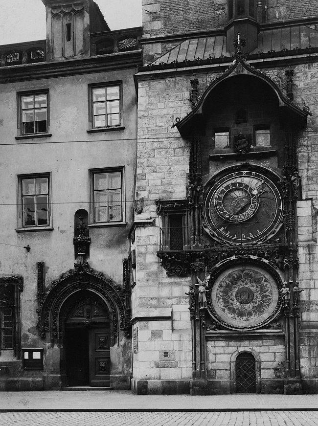 Proslulý orloj na pražské Staroměstské radnici pochází z roku 1410 a byl zdokonalen koncem 15. století. Během krutých represálií za Ferdinanda II., po porážce hrdinného úsilí Čechů v bitvě na Bílé ho