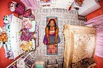 Barvy, květiny, živost - taková je ložnice Camille z Kingstonu, hlavního města Jamajky.