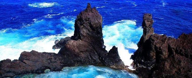 Pitcairnovy ostrovy jsou obklopeny azurovým mořem.