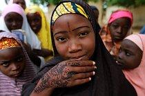 Dívka ukazuje ozdobené ruce během osalv v nigerijském městě Kano.