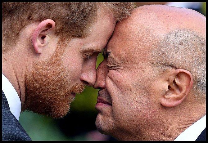 Nos na noc a čelo na čelo je tradiční pozdrav původních obyvatel Nového Zélandu. Maorové si tak projevují hluboké city. Rituálem hongi přivítali i britského prince Harryho a jeho Meghan, kteří ostrovní stát navštívili v rámci své oficiální návštěvy.