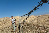 Při putování do Betléma na Západním břehu Jordánu musí Paul Salopek obcházet neudržovaný plot kolem pastviny. Jde o jednu z prvních překážek vyrobených lidskou rukou (kromě kontrolních stanovišť a hraničních přechodů), které potkal na své 3 700 km dlouhé