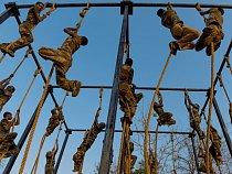 Policisté zČhattísgarhu při vyčerpávajícím výcviku naAkademii  pro potírání terorismu aboj vdžungli vKánkéru.