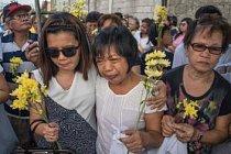 Evelyn (uprostřed) pláče na pohřbu své dcery Jessicy Cattiisové. Evelyn s rodinou ji vyprovodila žlutými květy a bílými balonky. Cattisová, která pracovala jako služka v Saudské Arábii, údajně spáchala sebevraždu. Její tělo bylo vráceno po 7 měsících.
