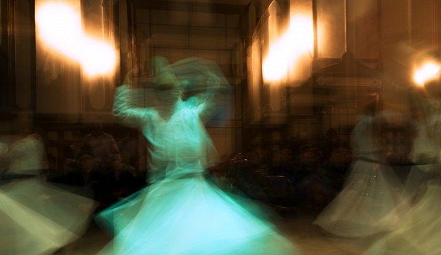 Tanec dervíšů umí přivést do transu. Podívejte se, jak tančí islámští mystikové