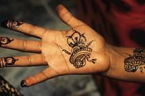 Když se připravují na svatbu Somálky, bolí to