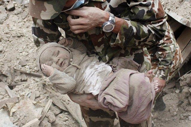 Po silném zemětřesení zůstal chlapeček pod troskami celých dvaadvacet hodin.