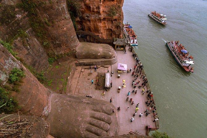 Nehet na palci sochy Lešanského Buddhy měří 1,5metru.