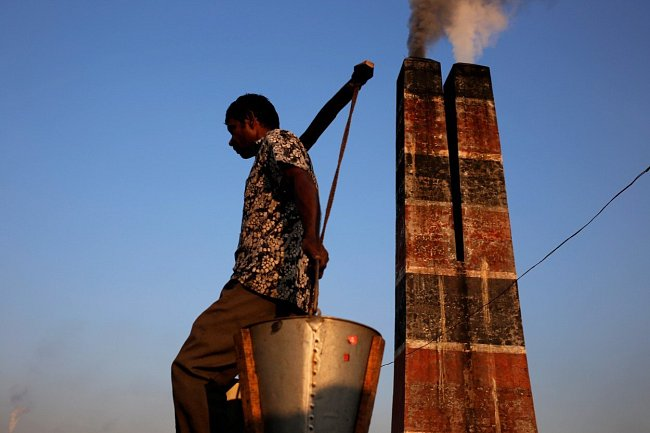 Dvě třetiny obyvatel země žijí pod hranicí chudoby, a proto vidina alespoň minimální mzdy dovede muže do cihlové továrny.
