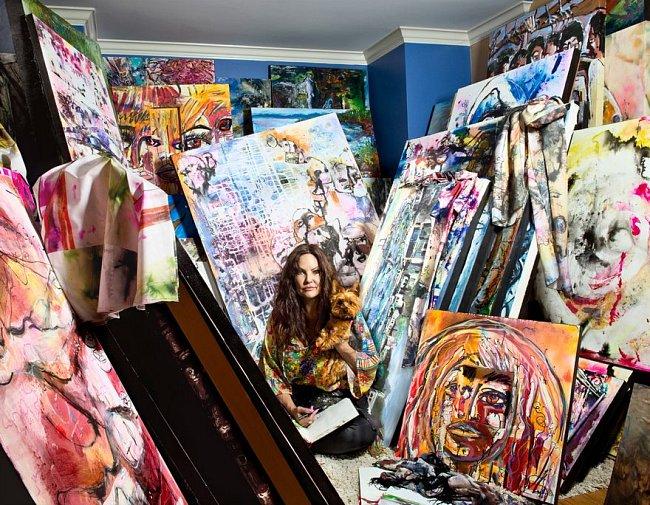 """Lisette, rok 2002: """"Pořád žiju ve stejném domě s dětmi a dvěma psy a stále se živím uměním. Učila jsem malovat už řadu lidí, včetně dětí s rakovinou a seniorů. Kdybych mohla všechno vrátit, víc bych si věřila, že jsem schopná postarat se o sebe i rodinu."""""""