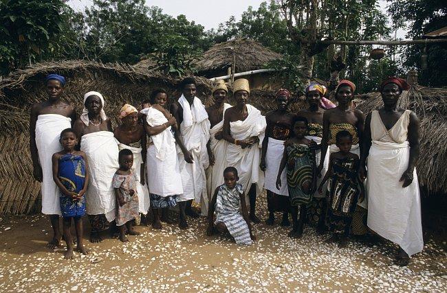 Otrokyně fetiše se svými dětmi a knězi v provincii Volo v Ghaně.