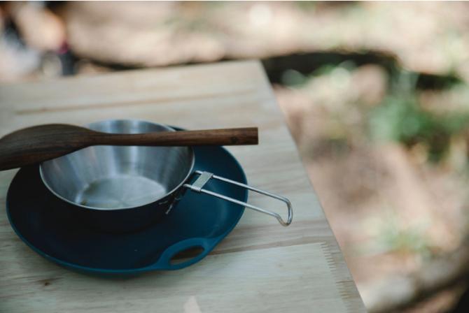 Kempovací nádobí může být plastové, dřevěné, kovové – prostě nerozbitné.