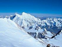 Mt. Everest, v dáli na obzoru Shisha Pangma, za zády Kangchengjunga.