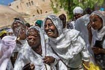 Příslušníci etiopské pravoslavné církve se během velikonočního týdne v jeruzalémském Starém Městě radují ve sprškách svěcené vody. Od roku 1948 emigrovalo do Izraele více než sto tisíc Etiopanů.