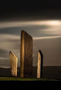 """Neolitická památka Stojící kameny Stennes v Orkney ve Skotsku je datována do období kolem roku 3000 př. n. l. Stenneský """"Brodgarův prsten"""" a nově objevené """"Ness of Brodgar"""" tvoří centrum orkneyského neolitického místa světového dědictví."""