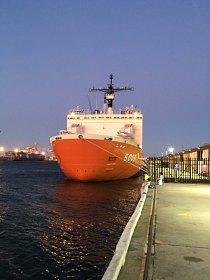Začíná během října vyplutím ledoborce Shirase z tokijského přístavu.