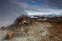 Fumalora v geotermálním poli Namafjall, v pozadí pohoří Hedubreid.