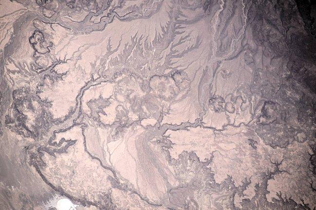 Velitel Expedice 47 Tim Kopra z NASA popsal svůj snímek slovy: Voda leptající písky západního Mexika.