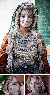 Gorani jsou sice muslimové, ale jejich víra obsahuje řadu pohanských prvků. Toto je typická goranská nevěsta.