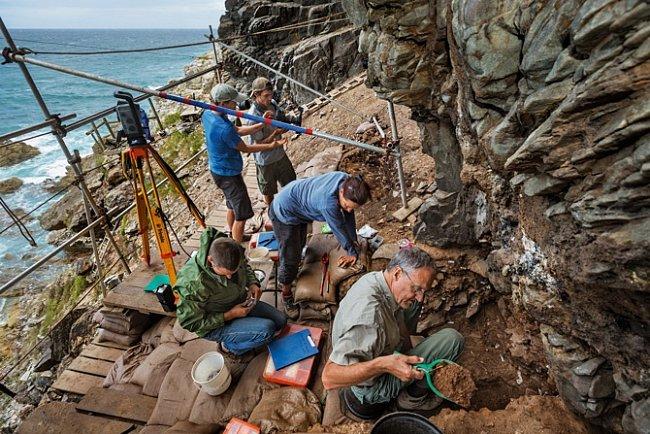 Držitel grantu National Geographic Christopher Henshilwood se svými spolupracovníky hledá ve skalním přístřeší Klipdrift stopy původu moderního lidského myšlení. Vtěchto místech, stejně jako vjeskyni Blombos, byly objeveny pravěké artefakty.
