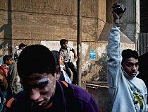 Rozvášněné davy se v měsících po odstoupení prezidenta Mubáraka občas vracely na náměstí Tahrír ve vlnách protestů.