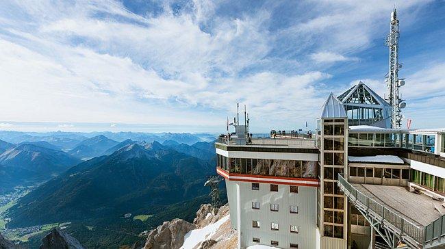 Dnešní vrchol Zugspitze - místo pro turisty a vědecké pracovníky.