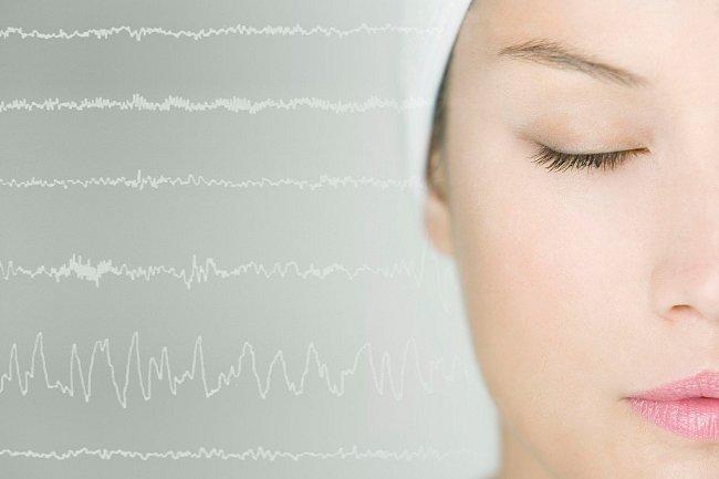 Pokud se každé ráno probouzíte s živými vzpomínkami na sny, je pravděpodobné, že máte na svém kontě slušný čas strávený v REM spánku.