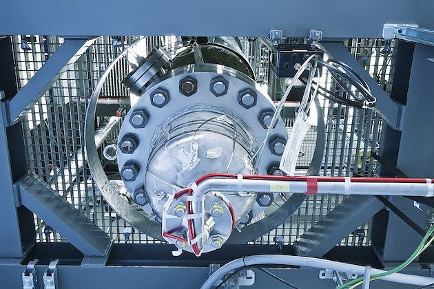 Zařízení na výrobu syntetického benzinu ze vzduchu a vody.
