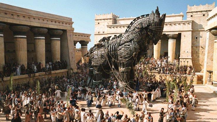 Nevěřte Řekům... Trojané uvěřili a vtáhli do města i s koněm uvnitř ukryté dobyvatele.