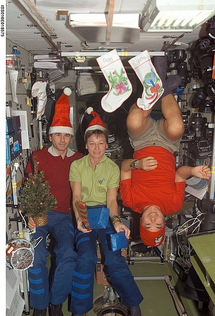 Expedice 16 a její členové na vánoční fotografii v servisním modulu Zvezda 25. prosince 2007
