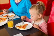 Studie mimo jiné ukázala, že s každým odchýlením od dobré nálady se zvyšovala pravděpodobnost, že rodiče vyvinou na děti tlak související s jídlem.
