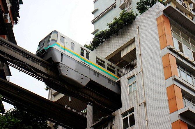 Pokud stojí v cestě dům, nevadí... V čínském Chongqingu vyřešili stavbu nadzemní dráhy po svém.
