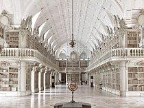 Impozantní rokoková knihovna v portugalském městečku Mafra se začala stavět v roce 1717 a dokončena byla v roce 1755. Ve sbírce má 40 000 svazků ve zlatem zdobené kůži a mezi její skvosty patří trojjazyčná Bible z roku 1514.