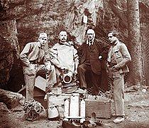 Historická fotografie z objevování Punkevních jeskyní