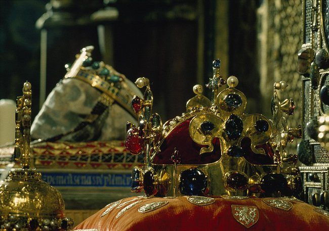 Při příležitosti inaugurace prezidenta Havla v roce 1993 byla veřejně vystavena ozdoba korunovačních klenotů - česká královská koruna. Zlatý diadém zdobí tisíc let starou lebku svatého Václava, patron