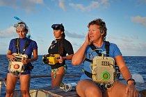 Denise Herzingová (vpravo) studuje delfíny poblíž souostroví Bahamy. Nasobě má počítač, který vydává delfíní hvízdání. Denise doufá, že její práce položí základy společnému slovníku delfínů alidí.