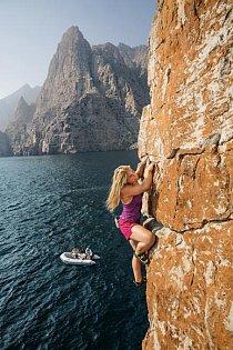 Britská horolezkyně Hazel Findlayová zvažuje další postup na skále nad Ománským zálivem. Ostatní čekají dole, aby ji mohli vylovit, pokud spadne nebo se rozhodne skočit.