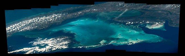Přelet and zálivem Batabano a západní Kubou. Kompozitní fotografie Jeffa Williamse, velitele Expedice 48 na Mezinárodní vesmírné stanici.