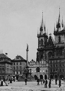 """Týnský chrám v Praze (kdysi husitský kostel) Praha je také známá jako """"stověžatá"""", ale její věže jsou nyní bez života, protože zvony byly zkonfiskovány na odlévání rakouských kanonů."""