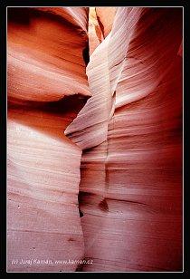 Odrazy slunečního svitu ve skalách den co den rozehrávají tajemnou hru neustále se měnících světel a stínů.