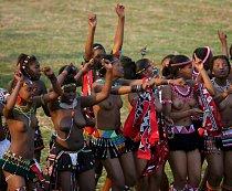 Tisíce dívek tančí a uchází se o krále Mswatiho III.