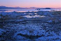 Všechno kolem jezera – kameny, stébla trávy i keříky – je slané, ojíněné drobnými krystalky soli. Díky současné přísné ochraně voda v jezeře zase pozvolna přibývá. Nebude trvat dlouho a menší špičky v