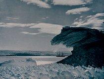 Zásobovací loď Aurora zakotvená u mysu Denison byla jediným spojením účastníků expedice s domovem. Mawson na konci svého osamělého návratu na hlavní základnu spěchal, aby loď zastihl ještě v zálivu, s