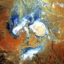 5. místo: Jezero Eyre (5. srpna 2006) To, co vypadá jako zjizvená tvář, jsou ve skutečnosti zaplavené oblasti jezera Eyre v poušti jižní Austrálie. Jde o vůbec největší jezero Austrálie – ovšem jen v