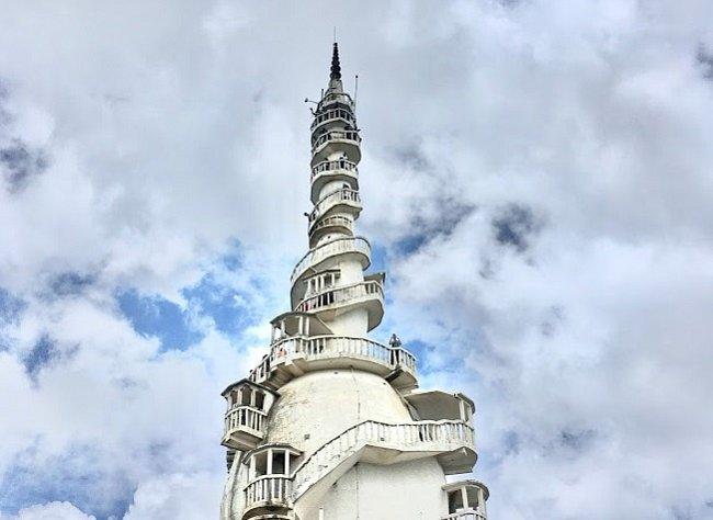 Ambuluwawa je přezdívána i jako buddhistický chrám, v jehož blízkosti se nachází velká zahrada s malým hinduistickým chrámem, kovilem, muslimskou mešitou i křesťanským kostelem.
